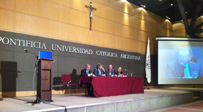 La mesa de clausura, bajo la presidencia de la Dra. Cristina Etala. A la izquierda, el prof. Gianni Loy, de a Universidad de Cagliari. A la derecha, el prof. Jorge Mancini, de la Universidad Católica Argentina.