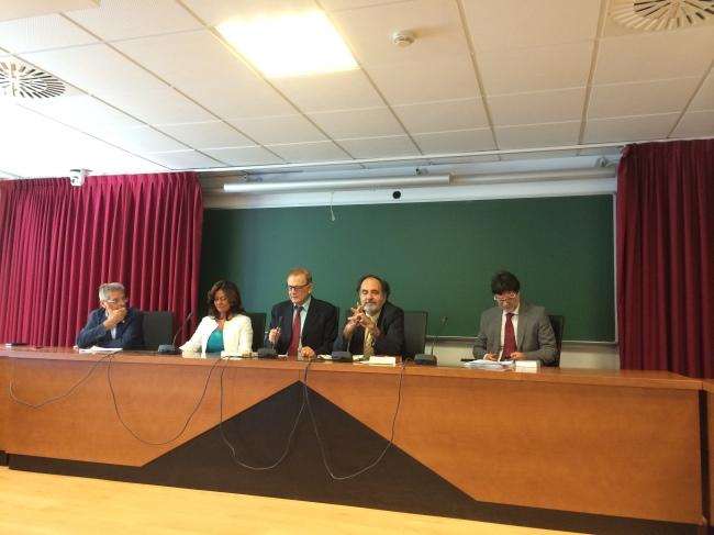 La mesa internacional, con el presidente de la Asociación Derecho y Democracia, D. Plácido Fernández-Viagas, la magistrada A. Orellana Cano, y los profs. Ojeda Avilés, Loy y Di Stasi