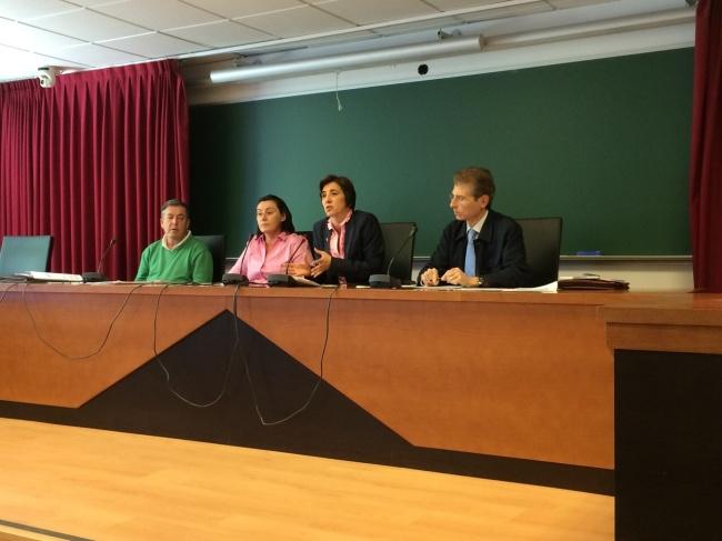La mesa de debates jurisprudenciales, con la prof. Sánchez-Rodas, la presidenta de la Asociación Andaluza de Mujeres Laboralistas, Dra. Rubio de Medina, y los letrados Bidón Vigil de Quiñones y Carrera Ortiz.